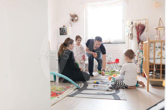 Familj leker