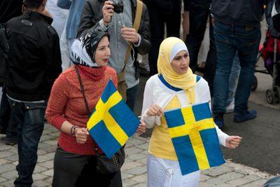 Invandrarkvinnor med svenska flaggan