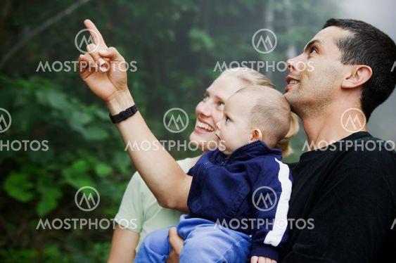 Blandade Hispanic familj med söt liten pojke i regnskogen