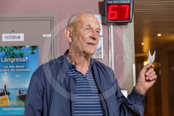 Äldre man med nummerlapp