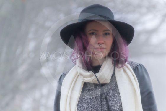 Ung kvinna med personlig stil - Silvertid