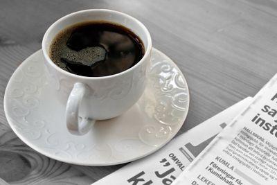 Kaffekopp och morgontidning