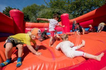Barn leker i en hoppborg.