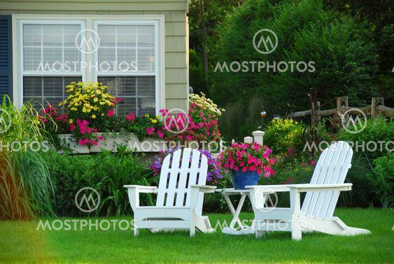 Två gräsmatta stolar