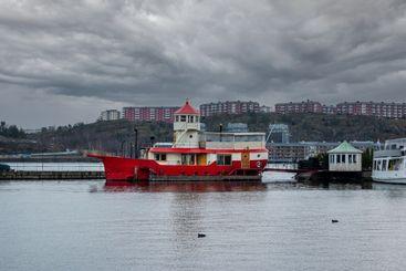 Husbåt förtöjd vid Djurgården vintertid.