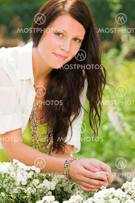 Sommaren trädgård vacker kvinnas vård vita blommor