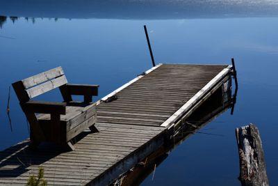 brygga med sittbänk vid sjön