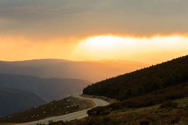 camino paisajístico entre montañas  al atardecer