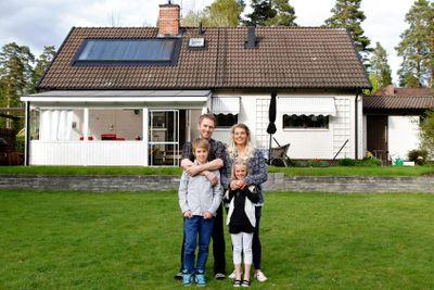 Nyinflyttad familj framför sin villa