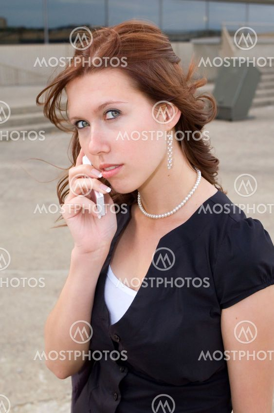 Pige på telefon