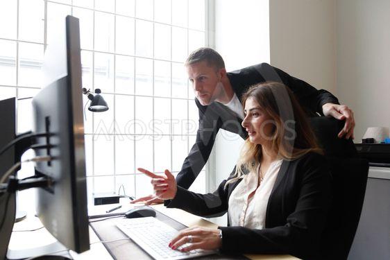 Man och kvinna på kontor