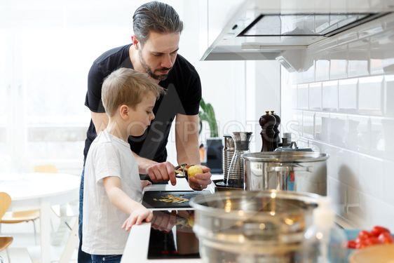Far och son lagar mat