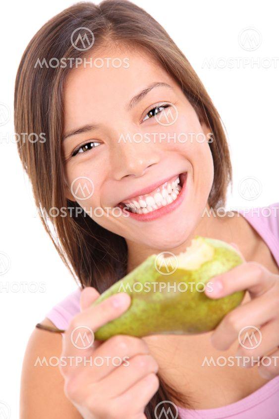 Kvinna äta frukt