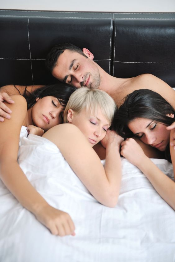 фото три девушки с одним парнем трахаются в подушках кстати