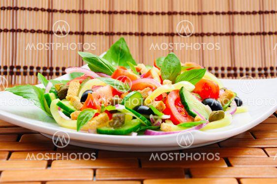 Vihannesten salaattia kanssa basilika