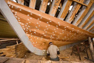 Maroc, Agadir, port : construction des bateaux de pêche