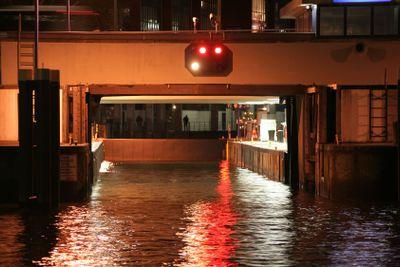 Canal lock at night  | Schleuse bei Nacht