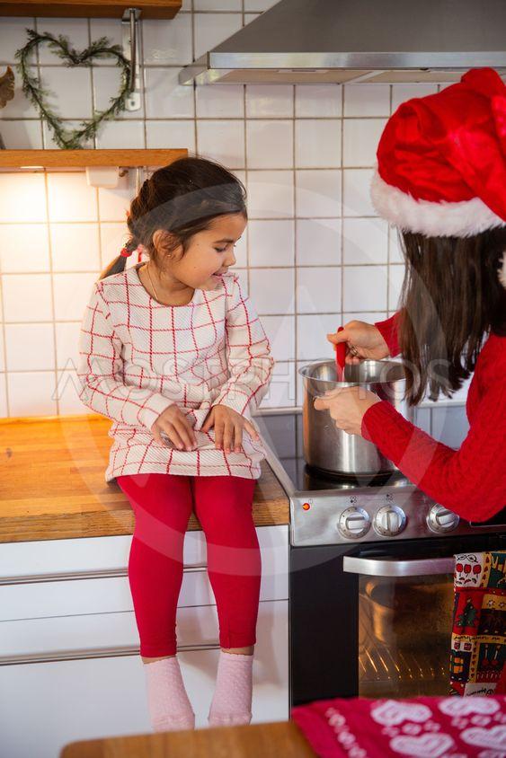 Mor och dotter kokar julgröt