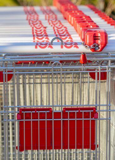 Kundvagnar på rad, shopping, matbutik - Silvertid