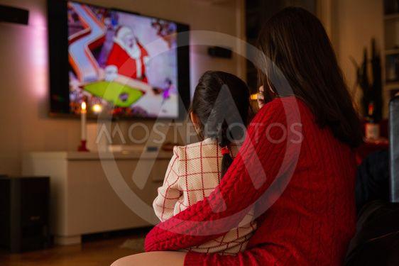 Mor och dotter tittar på Kalle Ankas jul