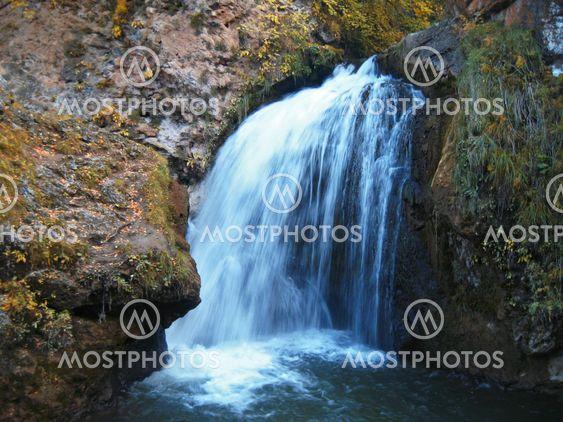 Hunajan waterfalls ja syksyllä. Pohjois-Caucas.