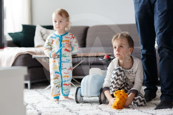 Syskon i vardagsrum
