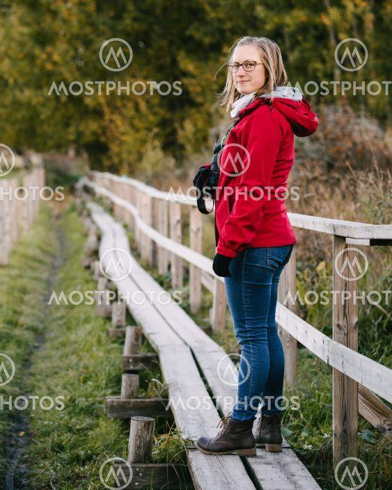Kvinna utomhus med kamera
