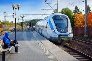 SL pendeltåg i Kungsängen en höstdag