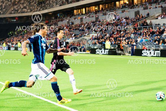 DIF och GBG-spelare jagar mot bollen
