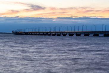 Ölandsbron i skymningsljus