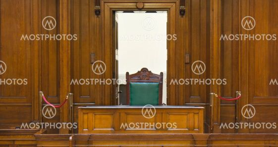 Mycket gamla rättssalen (1854) med domare stol på St Georges Hall, Liverpool, UK