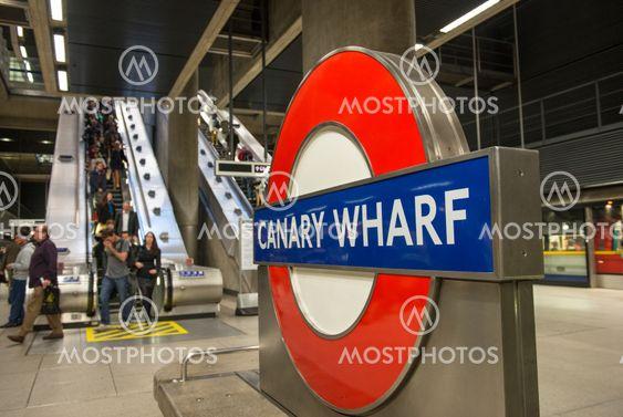 LONDON - SEP 27: The London Underground skylten utanför stationen Canary Wharf skiner i Londons finansdistrikt den 27 September, 2012.