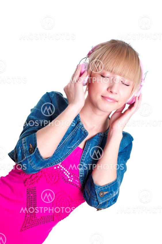 Ung attraktiv kvinna notering på musik
