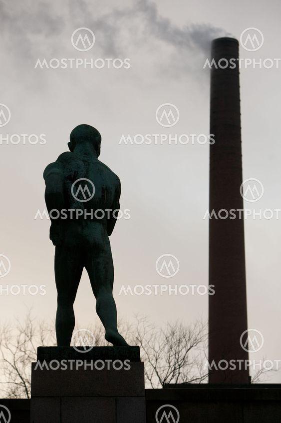 Staty av naken man från baksidan