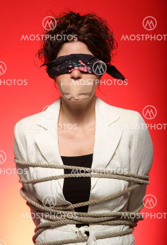 девушки с кляпом во рту с завязанными глазами и связанными руками тази