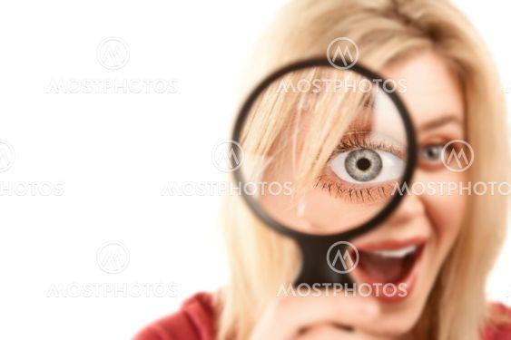 Pretty blond kvinna med förstoringsglas