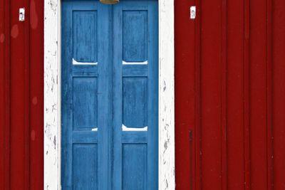 Blå dörr på röd stuga 2