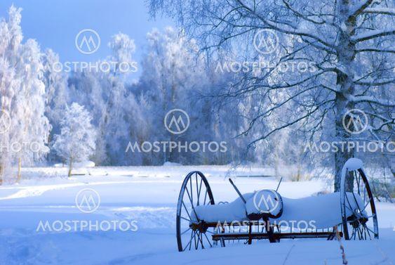 Gamle landbrugsmaskiner skjult i sne