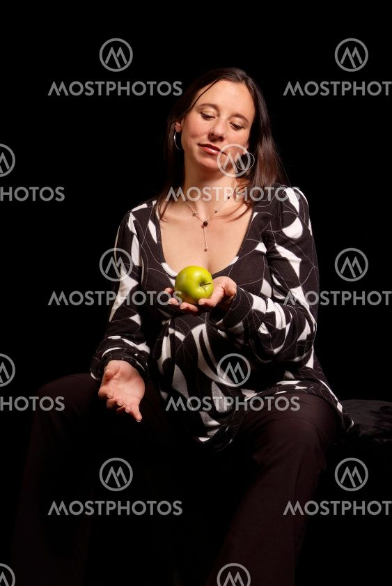 Frau mit Apfel | woman with apple