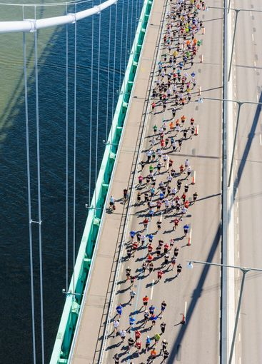 View from Älvsborg Bridge to people running below
