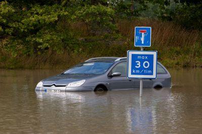En bil är fast i vattnet, Upplands Väsby, Sverige.