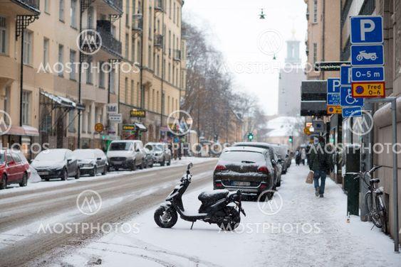 Parkerad vespa en snöig dag i januari 2014