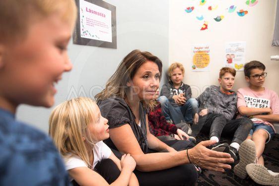 lärare och barn har samling