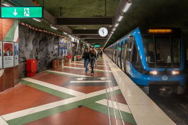 Tunnelbana som anländer perrongen i Stockholm.