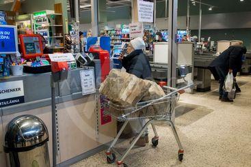 En kvinna köper ved på ICA, Upplands Väsby, Sverige.