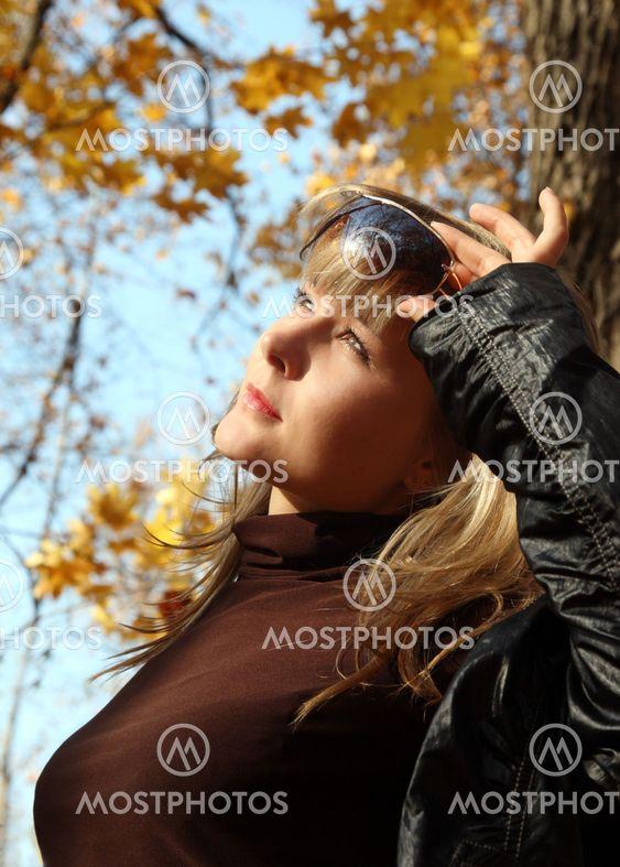 smukke pige på efteråret baggrund