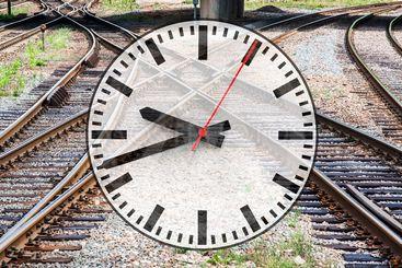Collage med järnvägsspår och en klocka