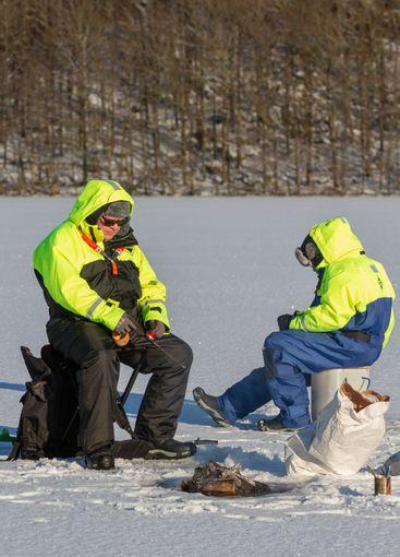 Isfiske på insjö i frostig vinterskrud - Silvertid