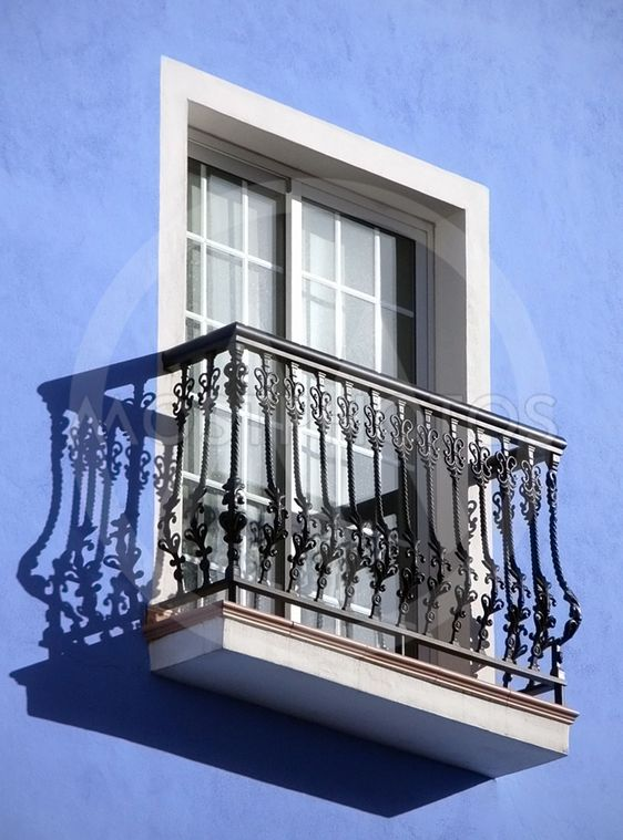 Blå væg med balkon