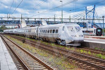 SJ X2000-tåg och Öresundståg på stationen i Hässleholm